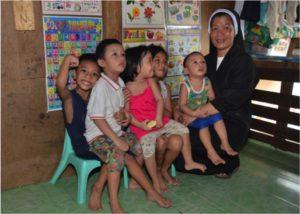 Soeur Angélia avec des enfants de l'école de Paranaque (Philippines)