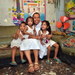 Soeur Maureen avec des enfants du centre d'accueil de Tondo (Philippines)