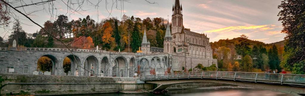 Vue de la basilic de Lourdes depuis le côté opposé du gave de pau.