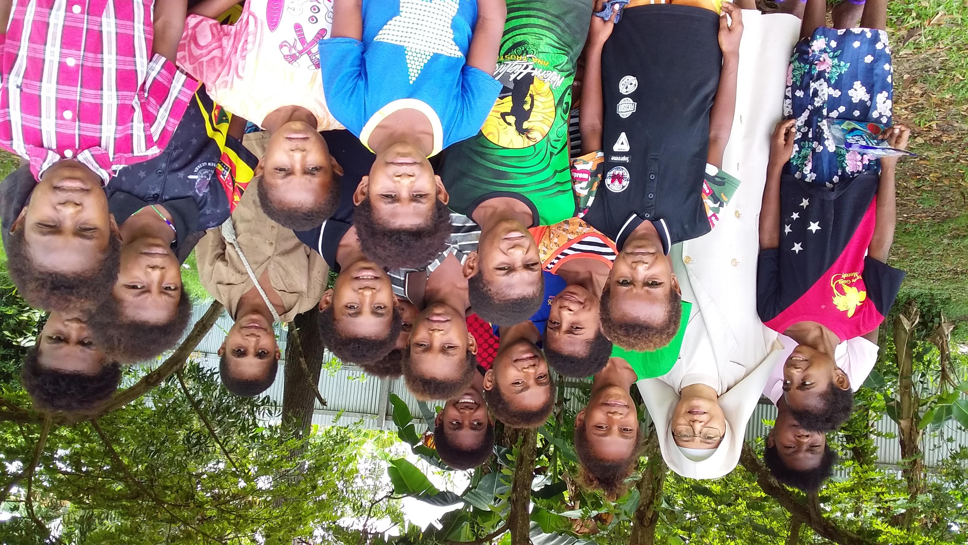 Sœur Adelaida et les enfants de Banana Camp en Papouasie Nouvelle Guinée