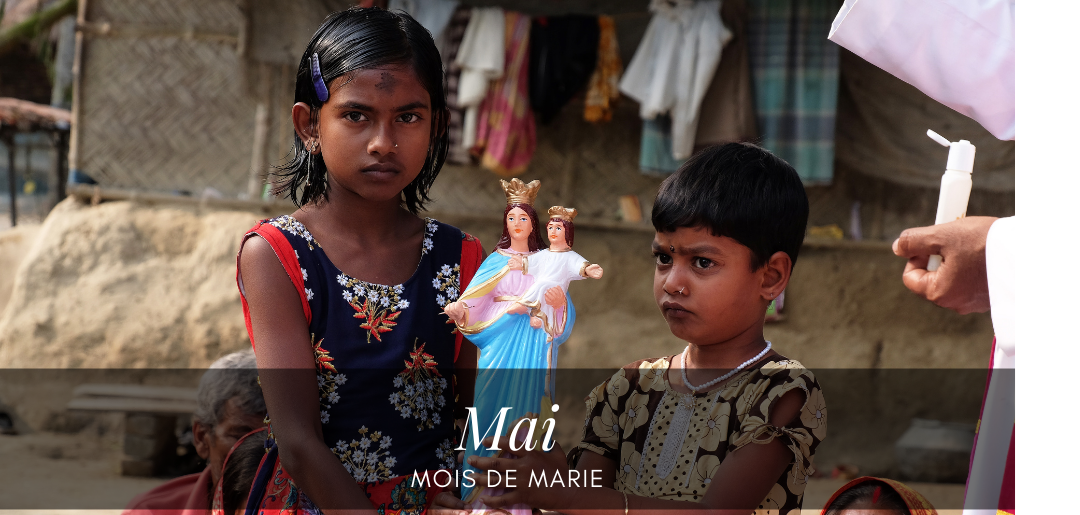 Enfants d'Inde tenant Marie